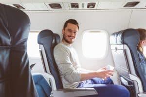 Hombre viajando sin dolor de espalda