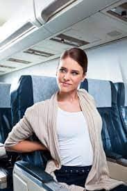 Mujer con dolor de espalda en una aerolínea